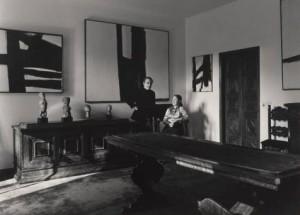 Appartamento di Milano, 1971, Giuseppe e Giovanna Panza di Biumo, alle pareti opere di Franz Kline, Gian Sinigaglia – Archivio Panza / Giorgio Colombo, Milano
