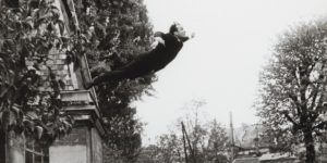 Yves Klein, Saut dans le Vide, performance, 1960, collaborazione di Harry Shunk e Janos Kender