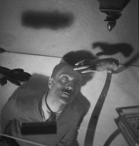 Italo Cremona - Ritratto di Carlo Mollino attraverso il piano in cristallo della mensola d'ingresso in Casa Miller, Torino 1936 c.