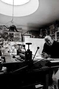 Ezio Gribaudo nel suo Studio
