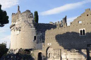 Il mausoleo di Cecilia Metella con il Castrum