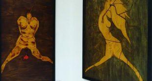 """A sinistra """"Infanzia. Stanza 1. Negazione"""", pirografia su legno (130x70cm), a destra """"Espiazione. Stanza 2. Rabbia"""", pirografia su legno (86x110cm)"""
