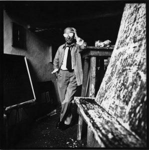 Ritratto di Lucio Fontana nel suo studio, 1965 circa