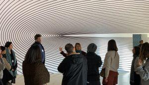 I partecipamti al workshop in visita alla mostra di Claudia Comte insieme a Marianna Vecellio
