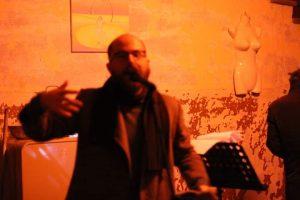 Luca Atzori in un'azione performativa presso Spazio Parentesi in Cavallerizza